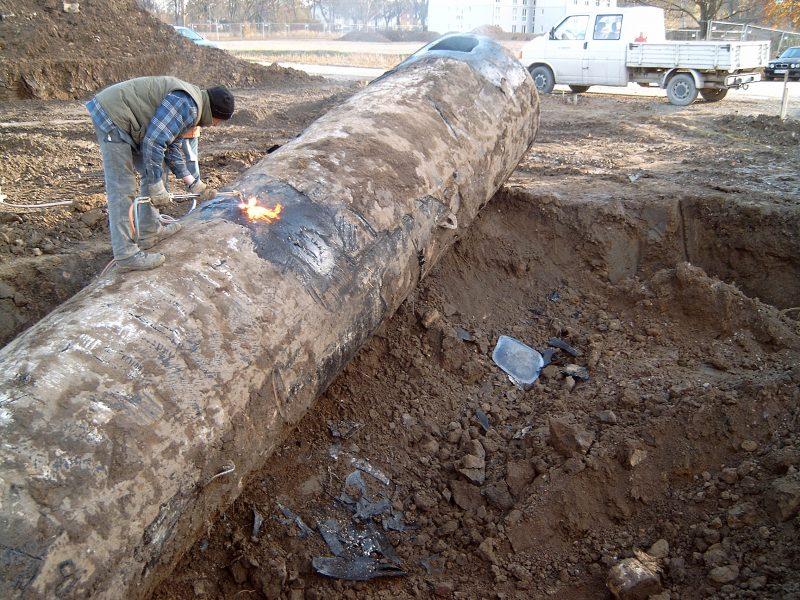 Bergungsarbeiten eines alten Heizöltanks auf einem ehemaligen Kasernengelände. Foto: Gerhard Haverland/ Kreis Soest